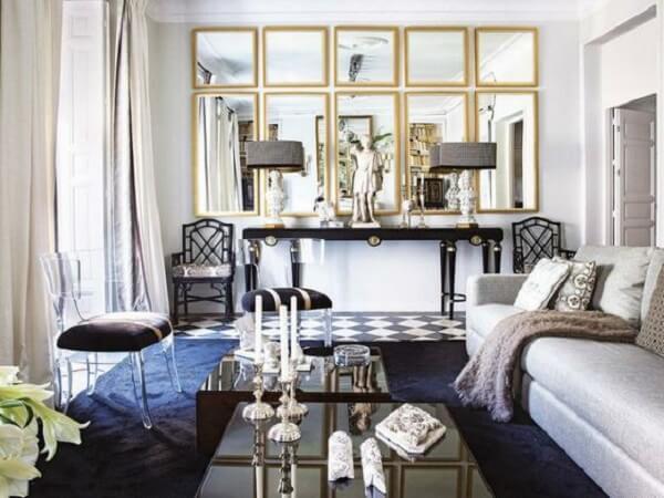 A decoração com espelho quadrado e retangular traz charme para o espaço