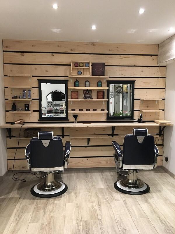 A decoração de barbearia com paletes traz um toque rústico para o espaço