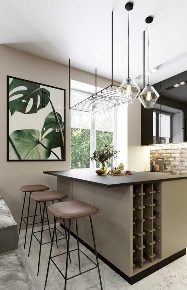A gravura das folhas do quadro colorido decoram o espaço da cozinha