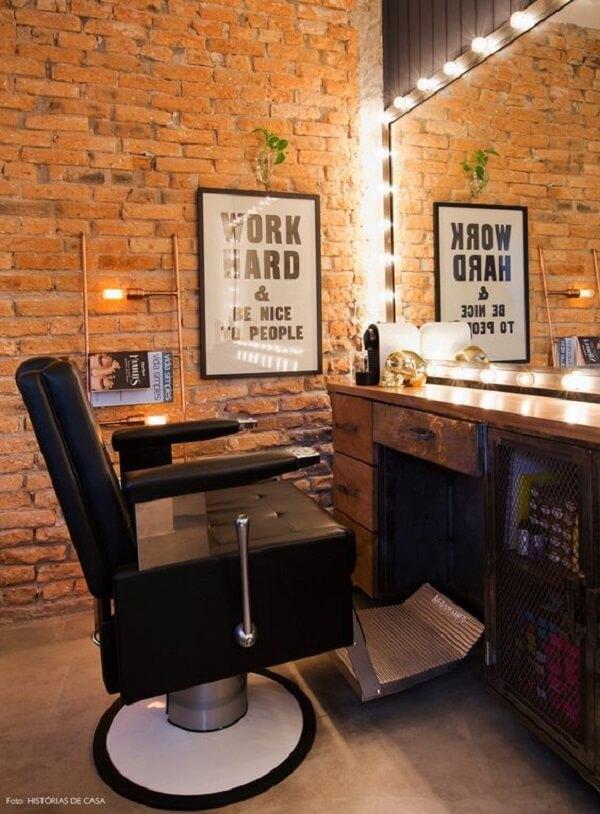 A iluminação ao redor do espelho deixa a decoração de barbearia pequena e simples ainda mais descontraída