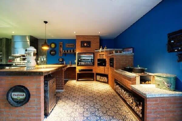 A iluminação faz toda a diferença na decoração da cozinha com fogão à lenha