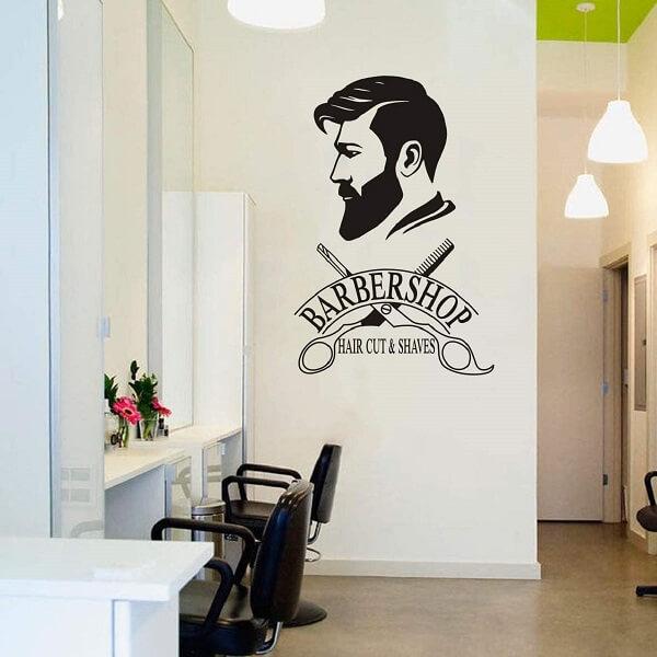 A imagem na parede fez toda a diferença nessa decoração de barbearia simples