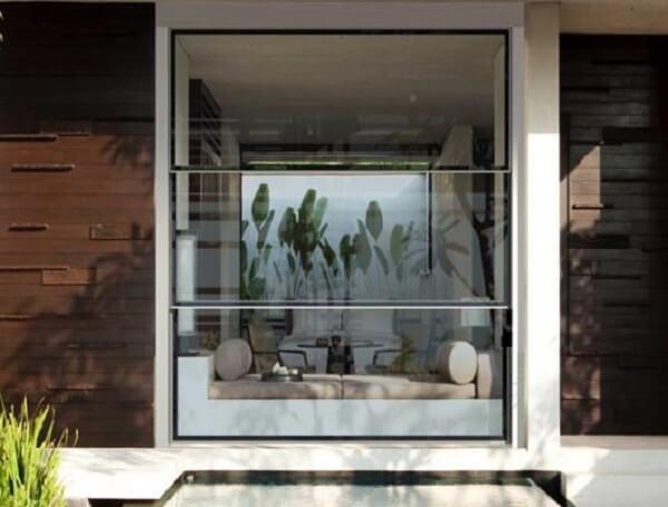 A janela guilhotina alumínio moderniza a fachada da casa