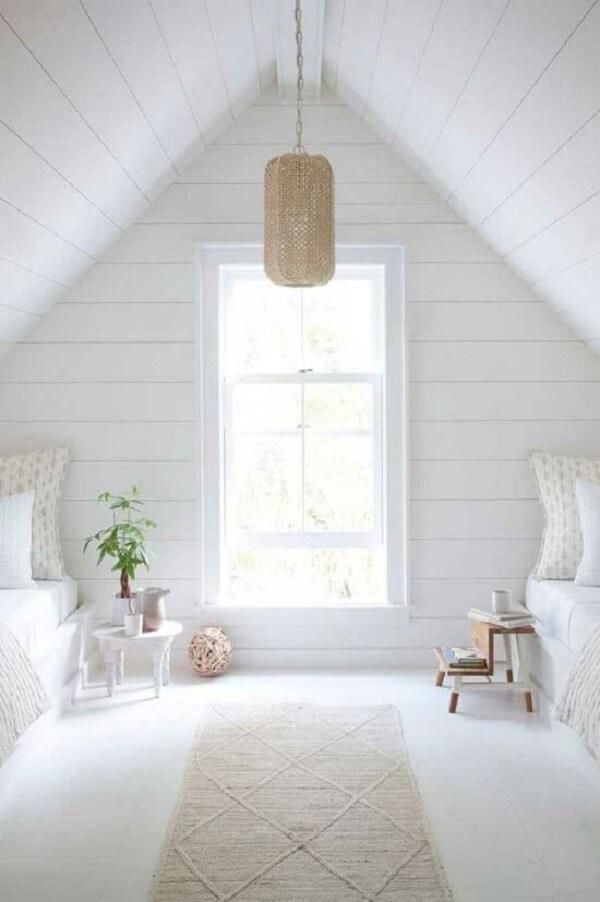 A janela guilhotina branca confere um clima aconchegante