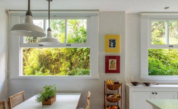 A janela guilhotina de vidro para cozinha é prática e democrática na decoração