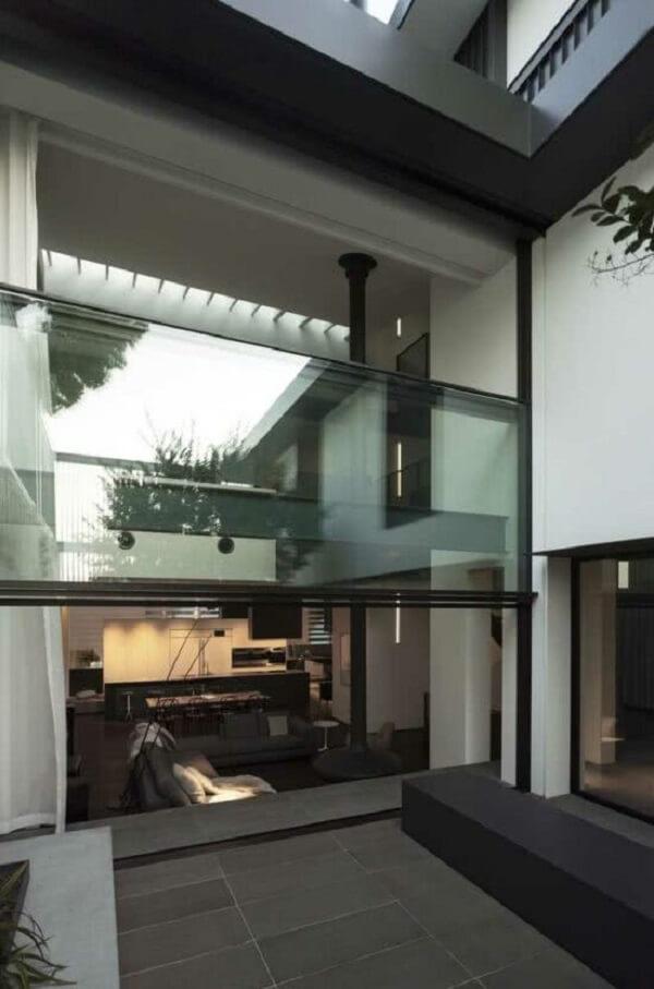A janela guilhotina funciona também como divisória de ambientes