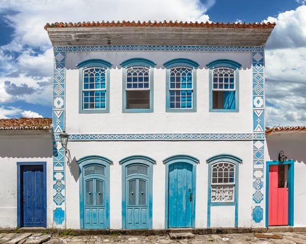A janela guilhotina madeira é um clássico das casas coloniais