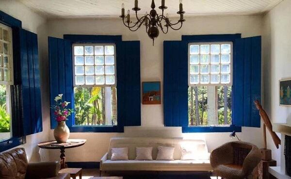 A janela guilhotina madeira confere um visual rústico para o ambiente