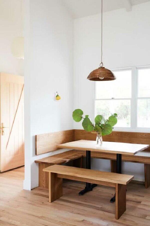 A janela guilhotina passa discretamente pela decoração do ambiente