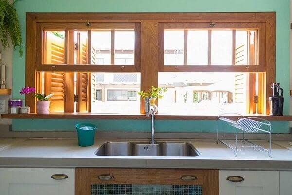 A janela guilhotina proporciona ótima ventilação na cozinha