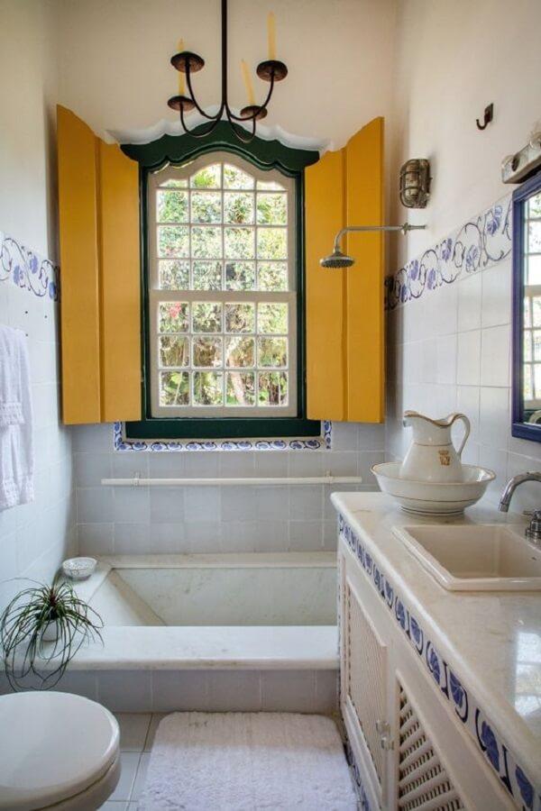 A janela guilhotina se destaca na decoração desse banheiro