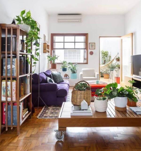 A janela guilhotina vidro encanta a decoração dessa sala de estar