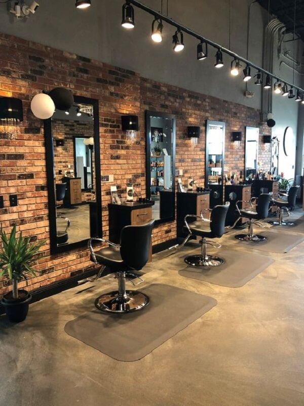 A luminária trilho traz uma nova perspectiva par aa decoração de barbearia