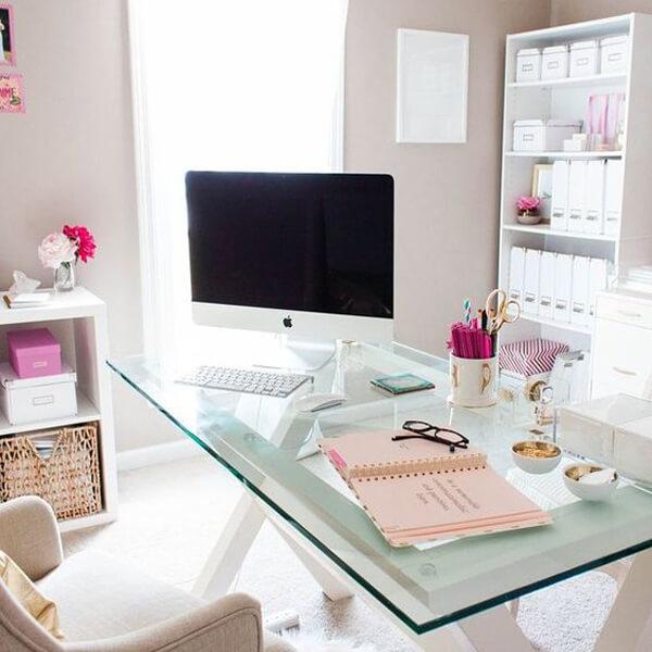 A mesa de vidro para escritório é muito versátil
