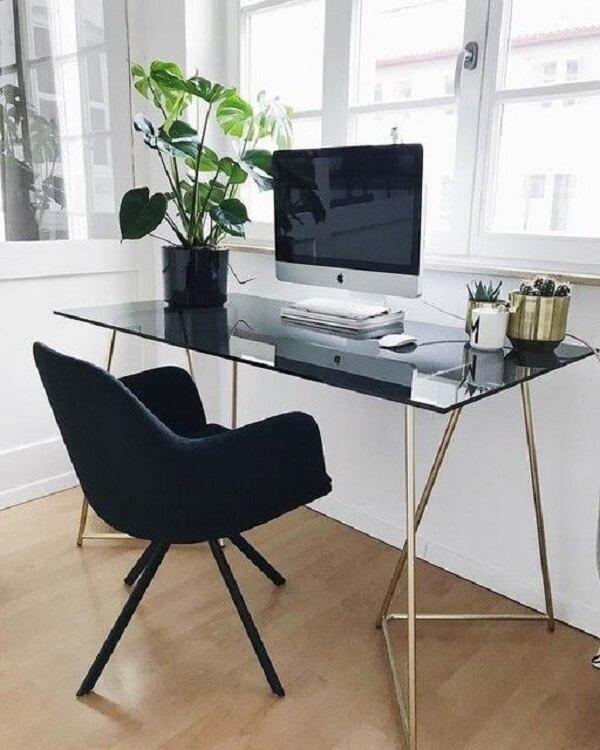 A mesa de vidro para escritório com tonalidade escura traz elegância para o cômodo