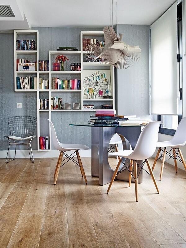 A mesa de vidro para escritório em formato redondo é perfeita para ambientes informais e intimistas