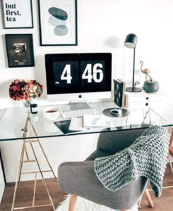 A mesa de vidro para escritório passa quase despercebida nesse espaço