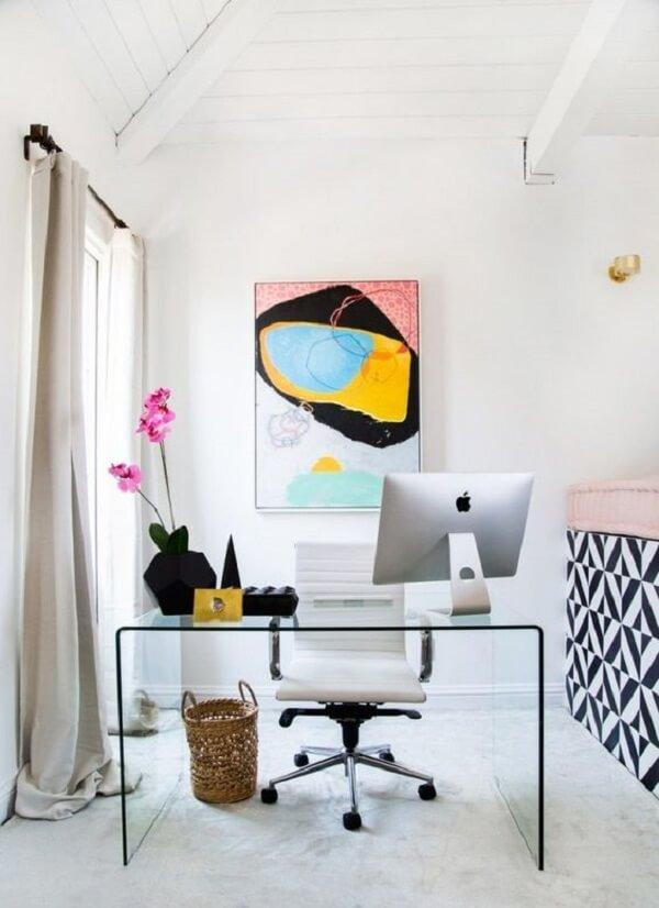 A mesa de vidro para escritório traz a sensação de amplitude ao cômodo
