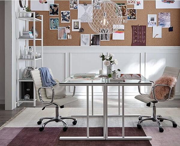 A mesa de vidro para escritório traz a sensação de mais espaço no ambiente