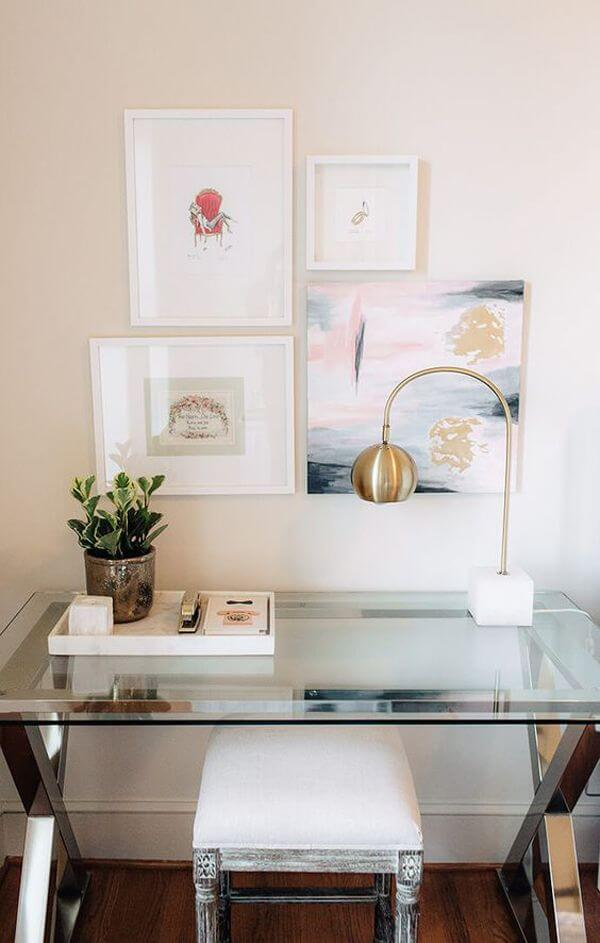 A mesa para escritório de vidro é discreta e elegante