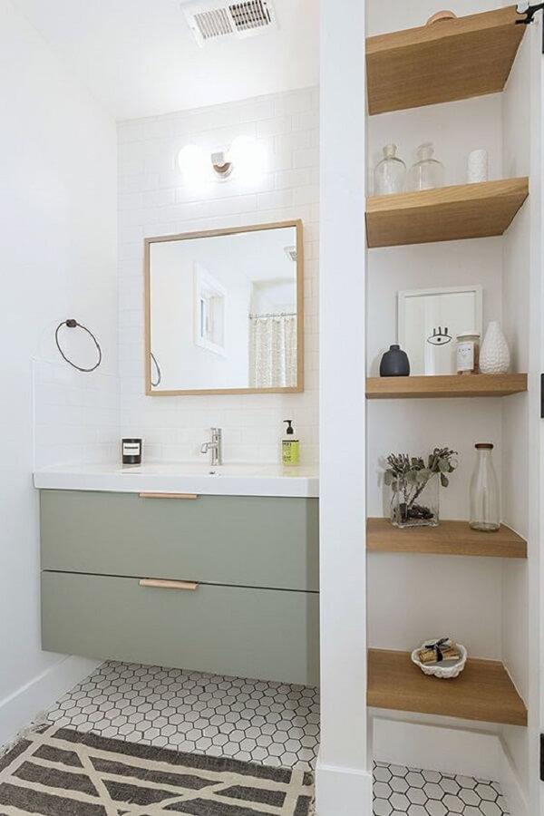 A moldura do espelho quadrado se conecta com o acabamento das prateleiras