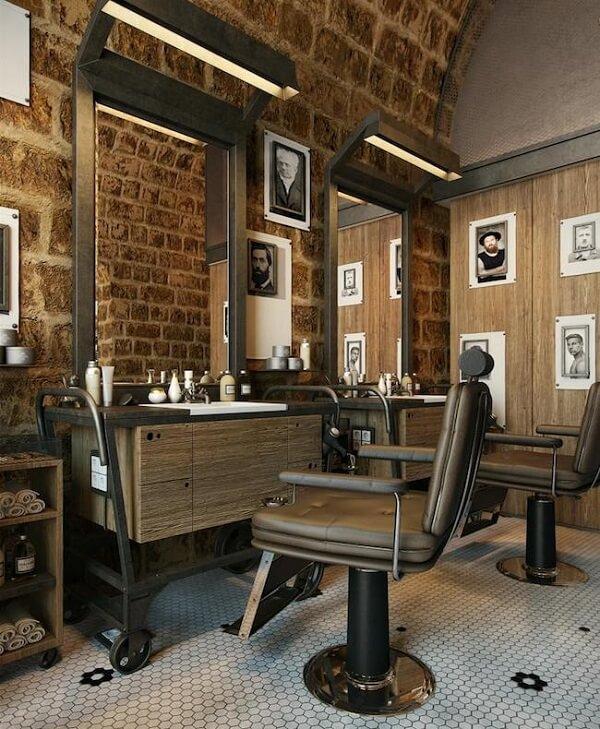 A parede de tijolos traz um toque rústico para a decoração de barbearia pequena e simple