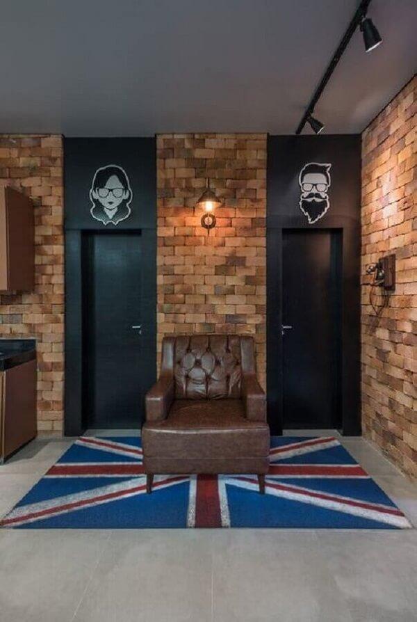 A placa para banheiro traz um toque diferenciado para a decoração de barbearia