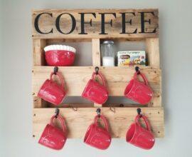 A prateleira de pallet deixa expostas as xícaras de café