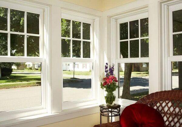 A sala de jantar fica ainda mais arejada com a janela tipo guilhotina