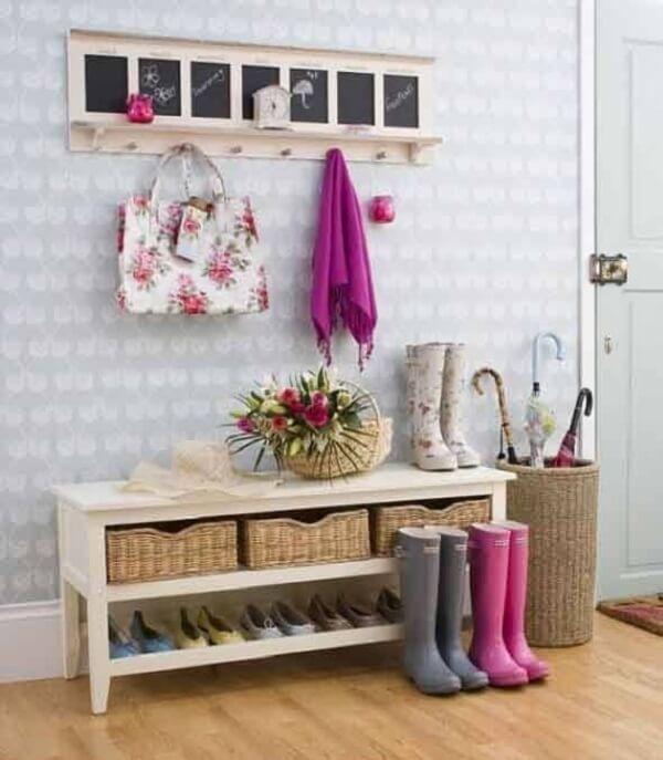 A sapateira para hall de entrada também ajuda a organizar outros objetos