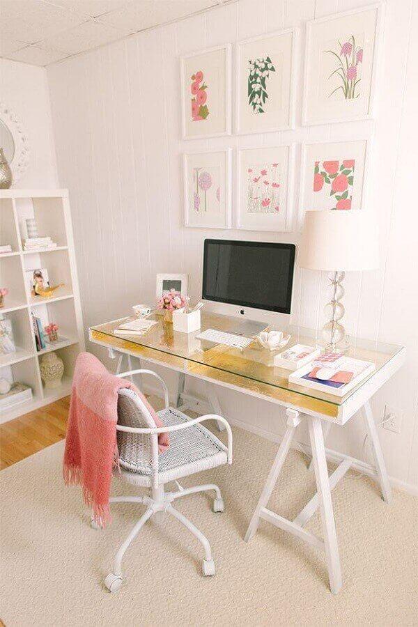 Ambiente feminino e delicado com mesa de vidro para escritório