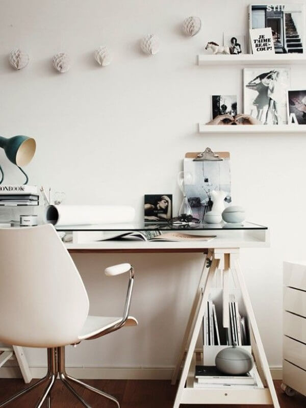 Aproveite a estrutura do cavalete da mesa de vidro para escritório para organizar documentos e objetos