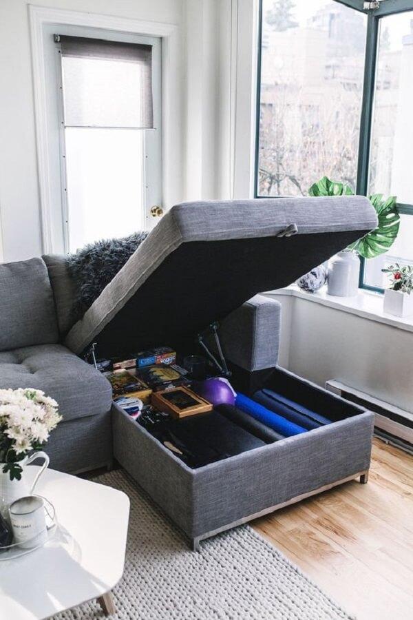Aproveite o espaço do sofá baú para guarda itens de uso não diário