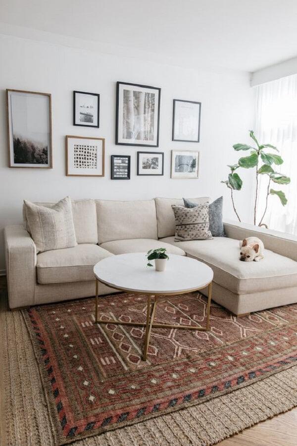 Aproveite o espaço no meio do sofá baú para incluir uma mesa de centro