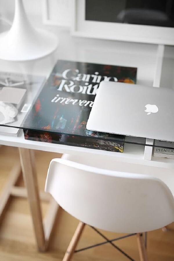 Aproveite os nichos da mesa de vidro para guardar livros e demais obras da literatura