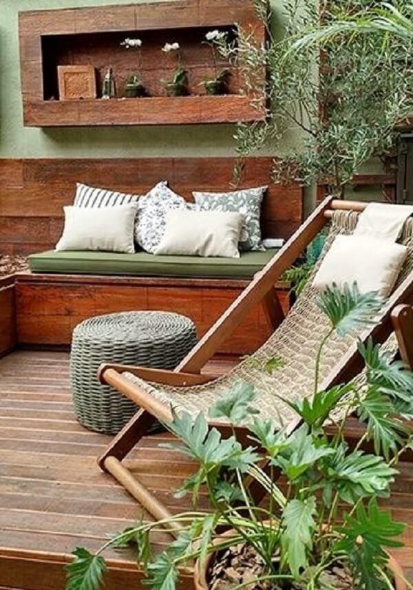 As almofadas trazem conforto acima do sofá baú para varanda