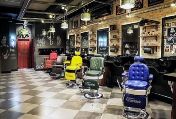 As cadeiras coloridas são as protagonistas nessa decoração de barbearia