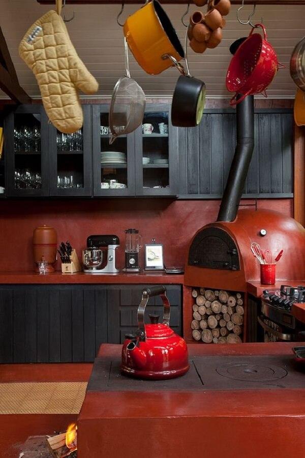 As cores dessa cozinha com fogão à lenha trazem descontração
