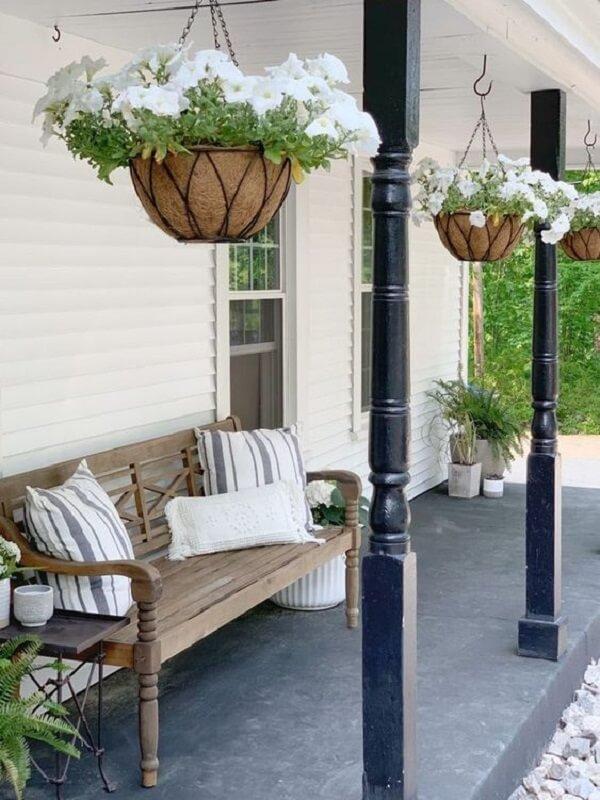 As flores para vasos suspensos em tom branco são pura delicadeza