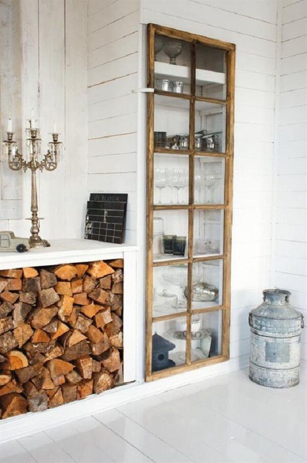 As madeiras para lenhas ficam organizadas na estrutura do móvel planejado