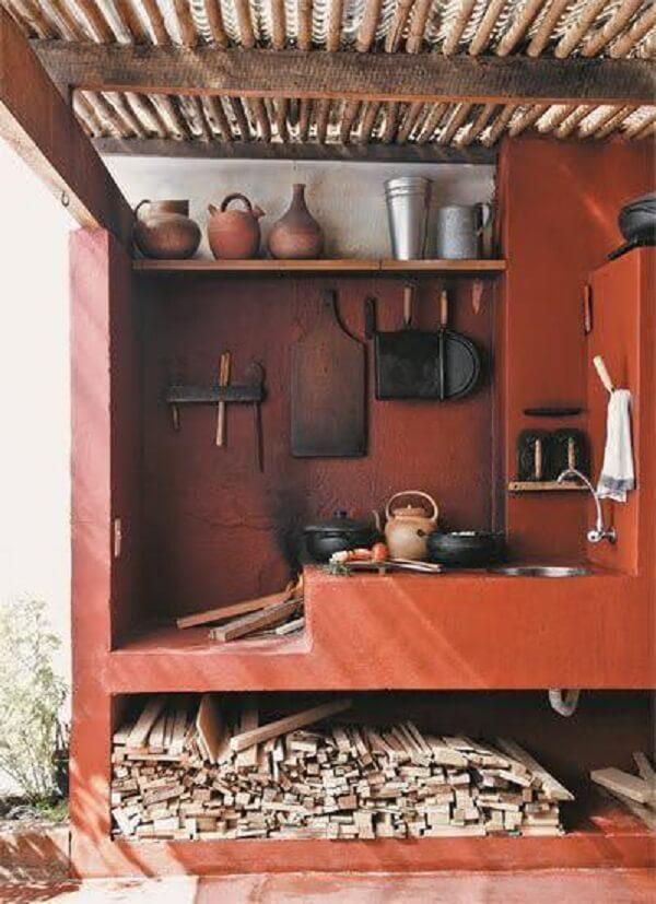 As panelas de ferro são muito usadas na cozinha planejada com fogão à lenha