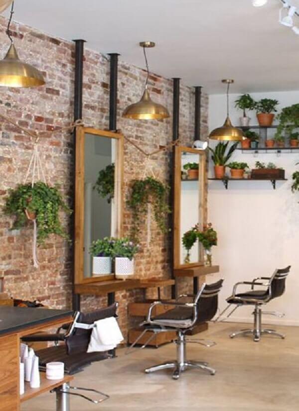 As plantas também são muito bem vindas na decoração de barbearia
