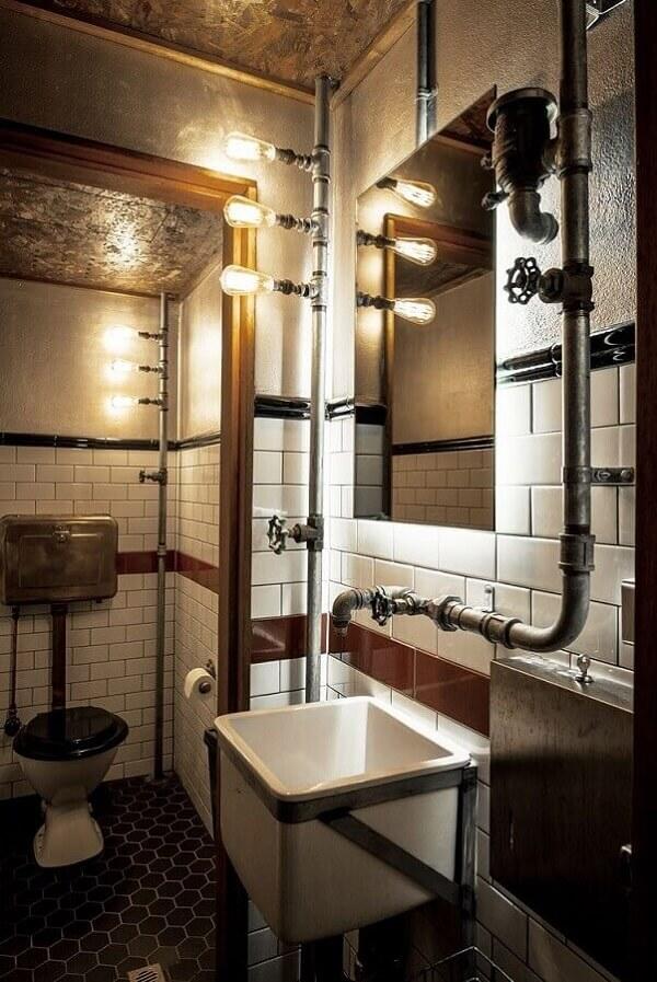 Banheiro de barbearia decorado com estilo industrial e detalhes rústicos