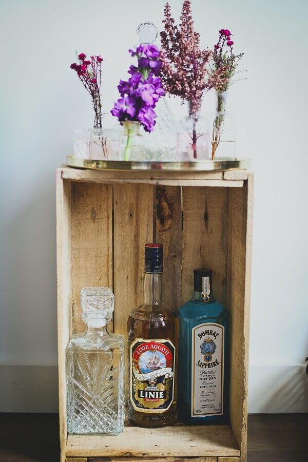 Barzinho rústico feito com caixote de feira Foto Unsplash