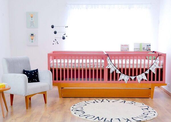 Berço de madeira com gavetas para quarto de gêmeos