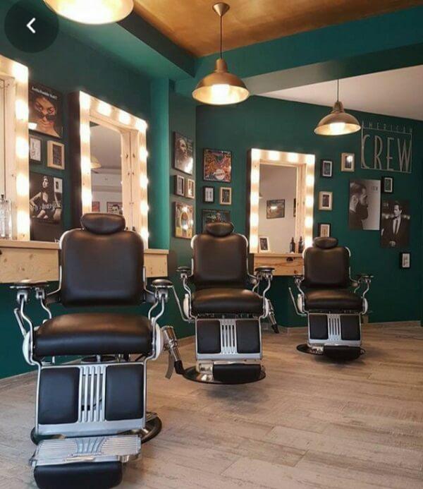 Cadeiras confortáveis são fundamentais na hora de compor a decoração de barbearia