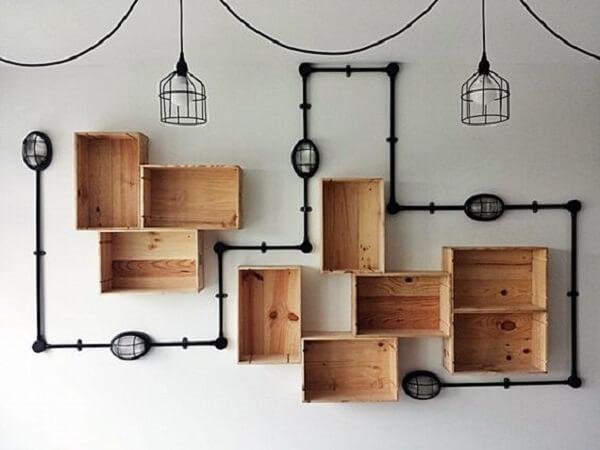 Caixas de madeira auxiliam na organização e na decoração de barbearia simples