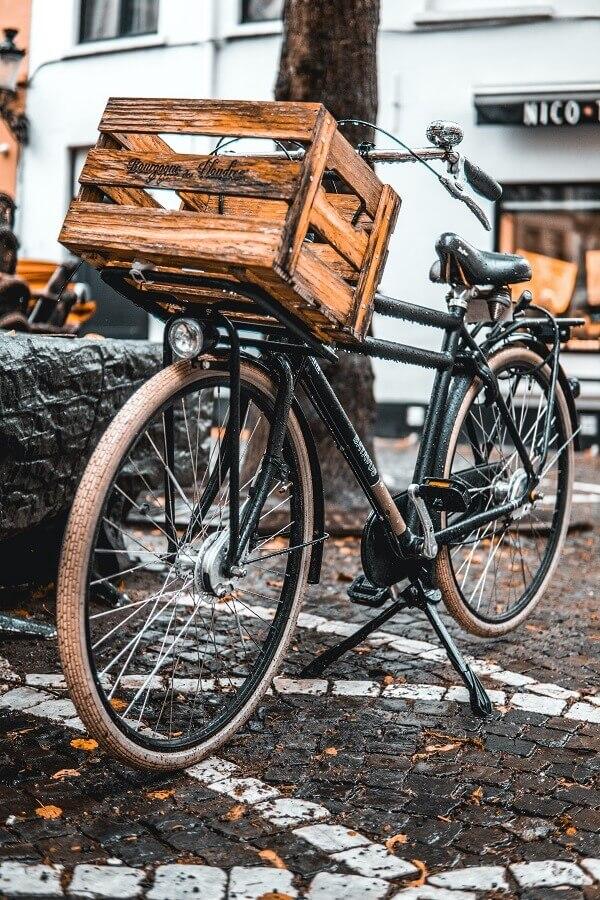 Caixote de feira como cesto de bicicleta Foto Unsplash