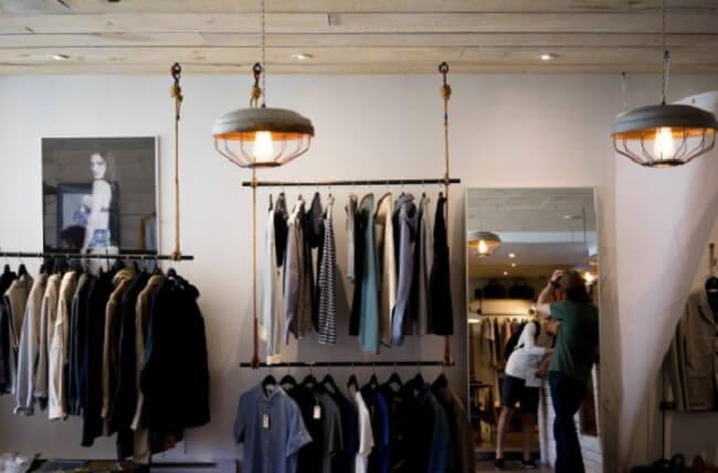 Reserve algumas horas para organizar suas roupas e esvaziar seu armário