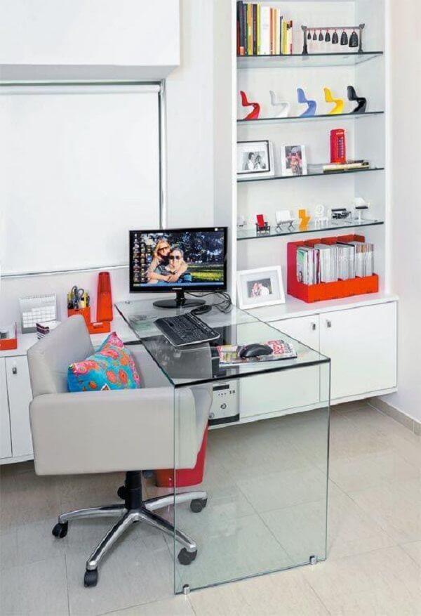 Com o espaço pequeno a melhor opção é utilizar uma mesa com tampo de vidro